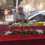 Lahore - prodavač před Lahore Fort